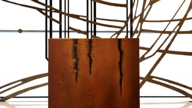 5 mai 2010 : Autel  en acier réalisé en 2000 par Pierre SABATIER pour la Maison d'Egl. Notre Dame de Pentecôte. La Défense. Puteaux (92)
