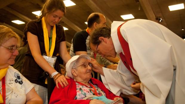 14 août 2012 : Onction des pèlerins malades lors du Pèlerinage National, bas. Saint Pie X, Sanctuaires de Lourdes (65), France.