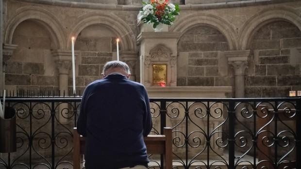 6 juillet 2014: Un père de famille se recueille devant une statue de la vierge dans la basilique Sainte Marie-Madeleine de Vézelay. Pèlerinage des pères de famille à Vézelay (89), France.                                    July 6, 2014: Fathers pilgrimage in Vezelay, France.