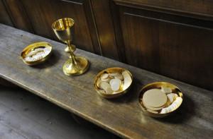 23 Mars 2013 : Offrandes préparées pour la célébration de l'Eucharistie, dans l'église de Saint-Piat (28) France.