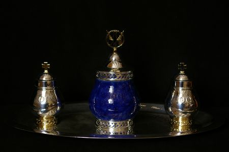 Trois ampoules pour les Saintes Huiles dont celle pour le Saint Chrême au centre. Réalisations de Louis-Guillaume Piéchaud, pour l'église de Bourg-sur-Gironde (33).