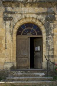 Porte d'une église en Dordogne.