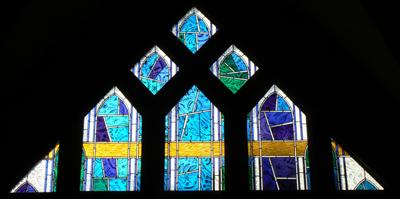 Vitrail représentant Dieu le Père. Église Saint Bruno à Issy-les-Moulineaux.