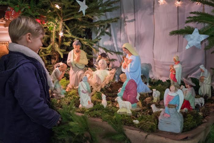 Décembre 2015 : Enfant regardant une crèche de Noël dans une église. Saint Malo (35), France.