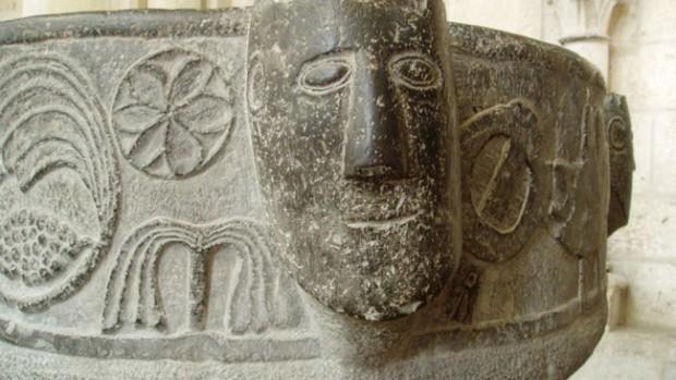 Détail du baptistère de XIIe siècle qui est en marbre noir dit pierre de Tournai à Laon, Baptistère de XIIe siècle qui est en marbre noir dit pierre de Tournai à Laon, Diocèse de Soissons.