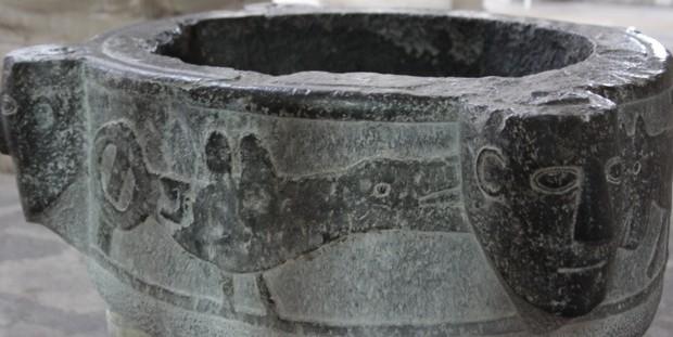 Baptistère de XIIe siècle qui est en marbre noir dit pierre de Tournai à Laon, Diocèse de Soissons