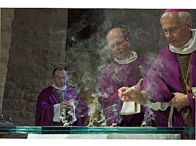 Encensement de l'autel de l'église Notre Dame d'Urville-Nacqueville