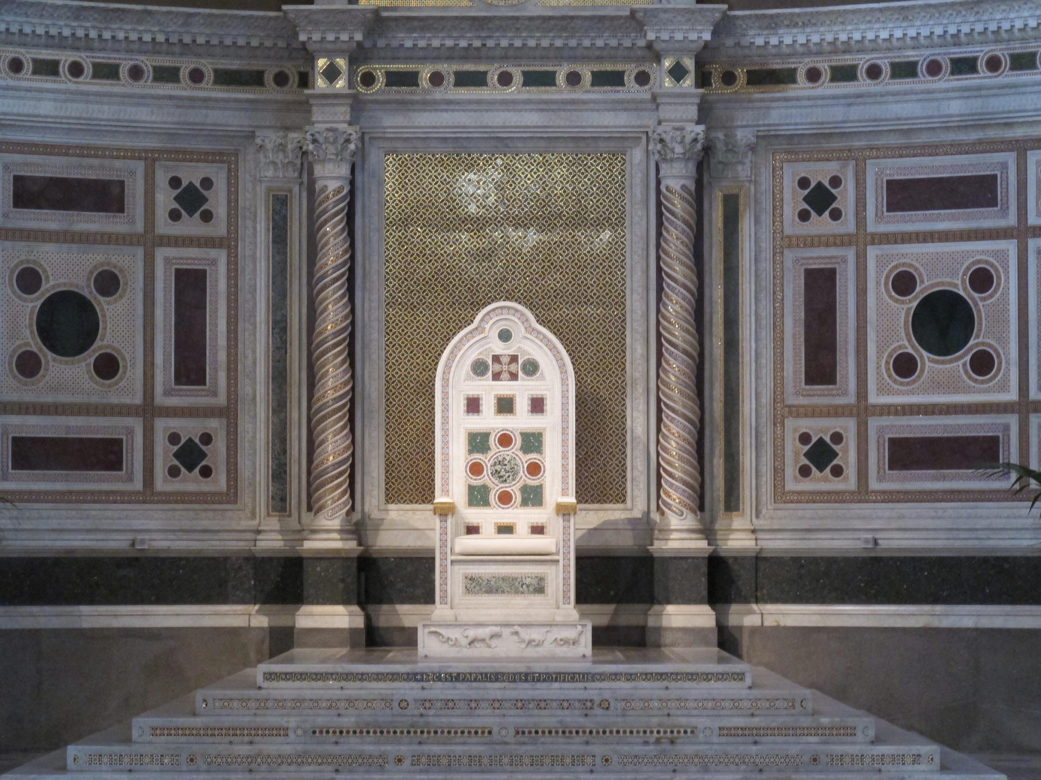 Saint Jean du Latran(Rome),chaire papale du 5è siècle et colonnes Cosmati (c)JM Gaudron