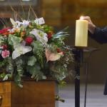 7 octobre 2015 : Messe de funérailles. Rite de la lumière, qui consiste à prendre la flamme du cierge pascal pour allumer les cierges qui entourent le cercueil. Egl. Saint-Jean-de-Montmartre. Paris (75), France. October 7th, 2015: Funeral mass. Church of St-Jean-de-Montmartre, Paris, France.