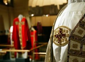 """Vêtements liturgiques du PApe Jean Paul II, Exposition """"ils habillent le Pape"""" au Musée de Fourvière"""