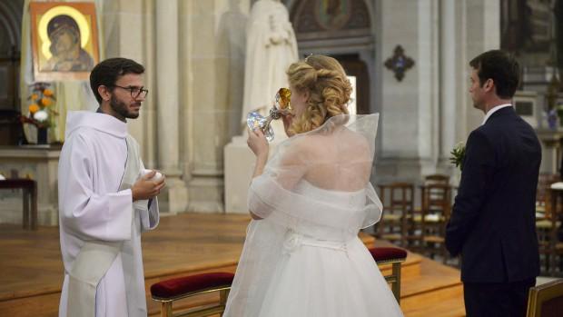18 octobre 2014 : Eucharistie, lors du mariage d 'Anaïs et Jean-Baptiste célébré à l'égl. Saint-Ambroise , Paris (75), France.  October 18, 2014: Anaïs and Jean-Baptiste's wedding.  Church of Saint-Ambroise, Paris, France.