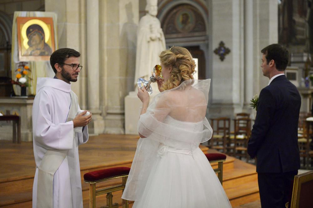 18 octobre 2014 : Eucharistie, lors du mariage d'Anaïs et Jean-Baptiste célébré à l'égl. Saint-Ambroise, Paris (75), France.