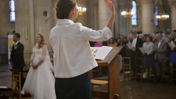 Chants pendant une cérémonie de mariage. 18 octobre 2014 : Mariage d 'Anaïs et Jean-Baptiste célébré à l'église Saint-Ambroise , Paris (75), France.