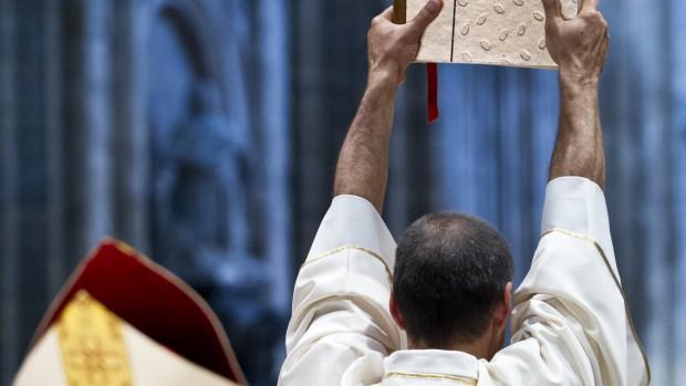 24 juin 2012 : Elevation de l'évangeliaire lors de la messe d'ordination diaconale célébrée en la cath. Saint André de Bordeaux (33), France  June 24, 2012 : Ordination of 5 deacons, cath. Saint André de Bordeaux (33), France