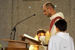 7 Juin 2014 : Lecture de l'Evangile lors de la Vigile de Pentecôte présidée par Mgr Michel AUPETIT, év. de Nanterre. Egl. Saint Pierre Saint Paul. Colombes (92) France.