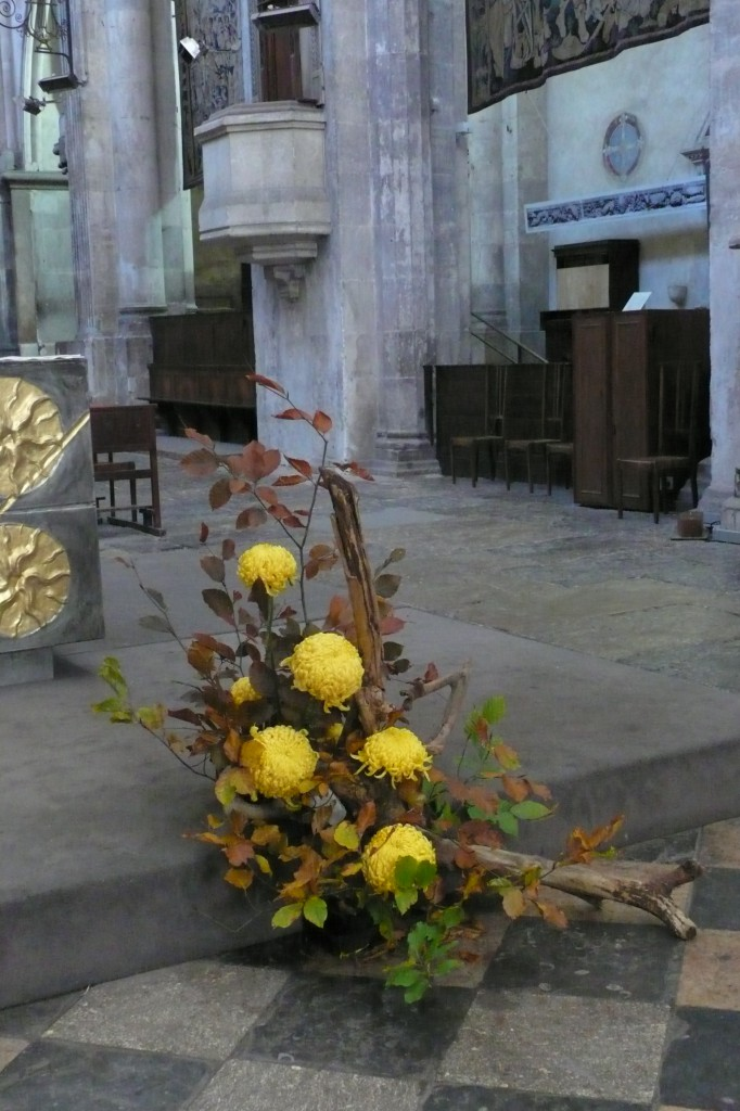 Chrysanthèmes jaunes dans un composition florale pour la Toussaint.