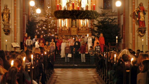 Décembre 2006 : Choeur lors d'une messe anticipée de Noël pour les enfants d'une école catholique, Bonn, Allemagne.