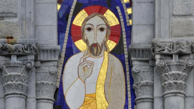 13 Août 2013 : La Transfiguration du Christ, mosaïque (oeuvre de Marko Ivan Rupnik) sur la façade de la basilique Notre-Dame du Rosaire. Lourdes (64) France.