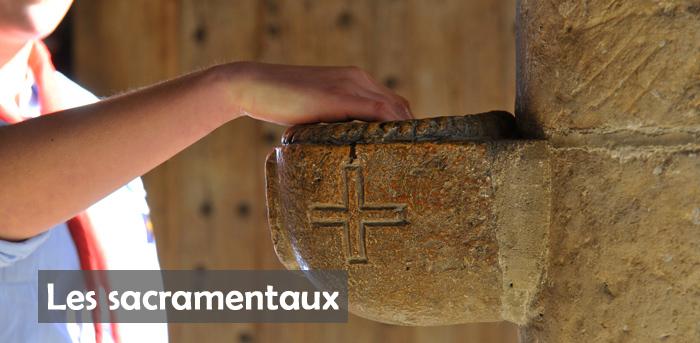 23 Mars 2014 : Main dans un bénitier. Collégiale Notre Dame. Poissy (78), France.  March 23th, 2014: Hand in a stoup. Collegiate Ch. of Notre Dame de Poissy(78), France.