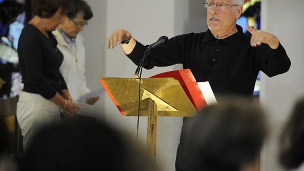 9 octobre 2011: Michel LAMBERT, chef du Choeur Diocesain de Créteil, lors d'une messe en la cath. Notre Dame de Créteil (94), France.