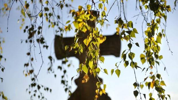 1er Novembre 2011 : La Toussaint dans un cimetière de la région parisienne. France.