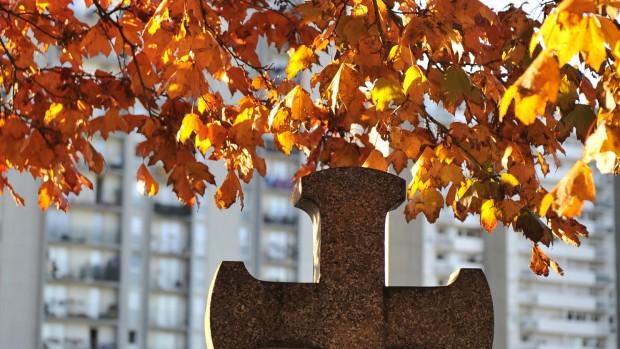 Croix feuillage automne