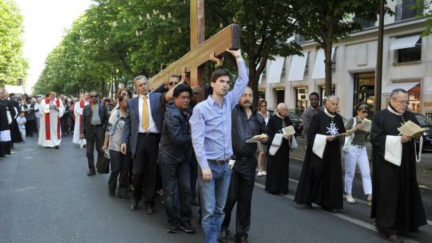 22 avril 2011 : 24ème chemin de Croix des Champs Elysées organisé, le Vendredi Saint, par la paroisse Saint Pierre de Chaillot, Avenue Montaigne, Paris (75), France.