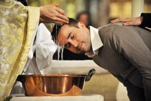 30 mars 2013 : Baptême d'adulte lors de la vigile pascale. Paroisse Saint-Ambroise, Paris (75) France. March 30, 2013 : Easter vigil in Saint-Ambroise parish. Paris (75), France.