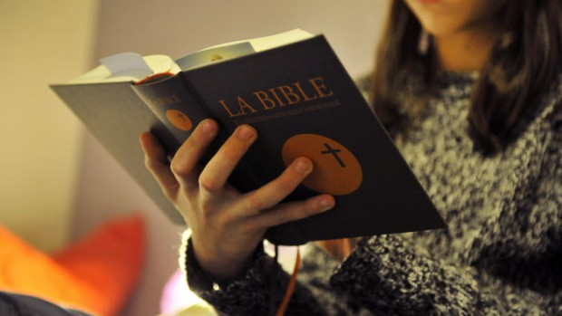28 janvier 2014 : Adolescente lisant la Bible, France.  January 28, 2014 : Teenager reading the Bible, France.