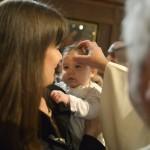 16 mars 2014 : Onction avec le Saint Chrème, lors du baptême de Rose, égl. Saint-Denys-du-Saint-Sacrement. Paris (75), France.  March 16, 2014: Baptism of Rose. Church of Saint-Denys-du-Saint-Sacrement. Paris (75), France.
