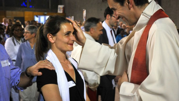 7 Juin 2014: Chrismation d'une confirmande par P. Hugues de VOILLEMONT lors de la Vigile de Pentecôte. Egl. Saint Pierre Saint Paul. Colombes (92) France.