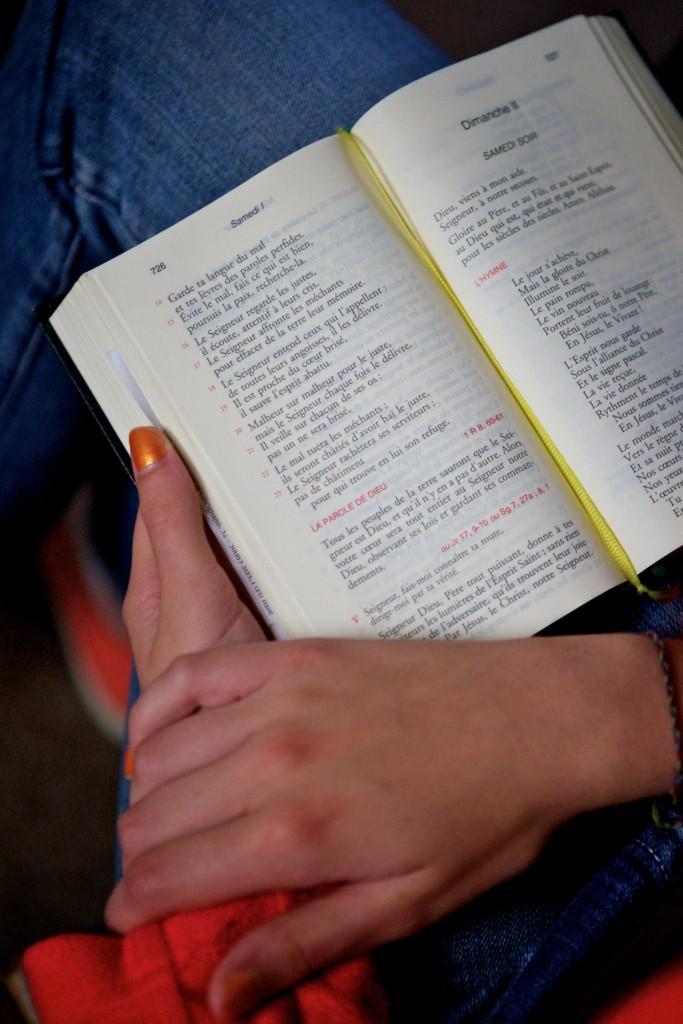 lecture de la bible, mains