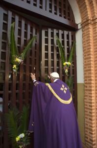 29 novembre 2015 : Voyage apostolique du pape François en Afrique. Le pape François ouvre la porte sainte de la cathédrale de Bangui, dans un geste solennel pour la paix en Centrafrique et quelques jours avant l'ouverture du Jubilé de la Miséricorde. Bangui, République Centrafricaine.