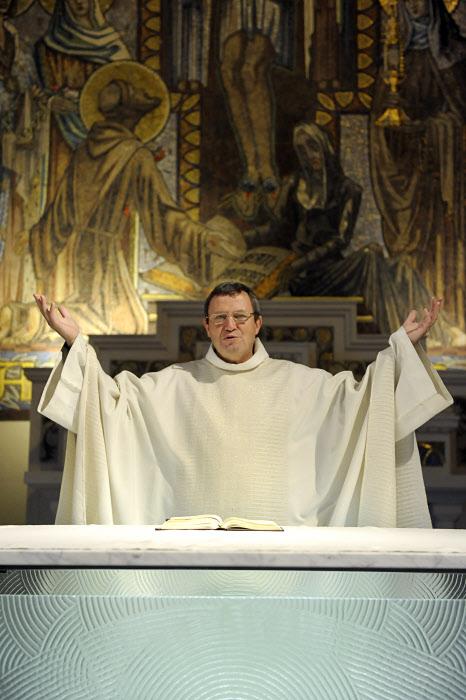 28 janvier 2011: Salutation lors de la messe, égl. Saint François d'Assise, Paris (75), France.