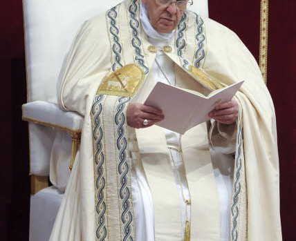 11 avril 2015 : Premières Vêpres du dimanche de la Divine Miséricorde durant lesquelles le pape François rend publique La Bulle d'indiction du Jubilé extraordinaire de la Miséricorde. Bas. Saint-Pierre, Vatican, Rome.  April 11, 2015: Pope Francis leads the Vespri prayer. He formally announce an Extraordinary Jubilee year of Mercy, in St. Peter's Basilica, at the Vatican.