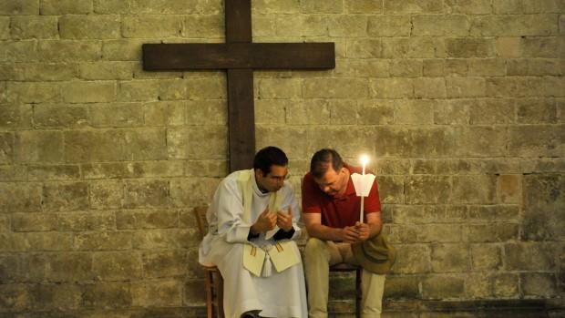 """4/5 juin 2011 : Confession pendant la veillée de louange lors des """"Routes de Vezelay"""". Pèlerinage pour les 16-30 ans organisé, le week-end de l'Ascension, Bas. de Vezelay (89) France."""