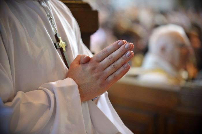 22 juin 2014 : Servant d'autel, lors de l'ordination presbytérale d'Arnaud DHUICQ en la cathédrale Notre-Dame de Reims. Reims ( 51 ), France.