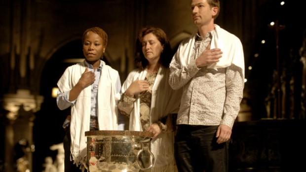 10 mai 2008 : Trois confirmands faisant le signe de croix lors de leur confirmation pendant la vigile de Pentecôte en la cath. Notre-Dame, Paris (75), France.