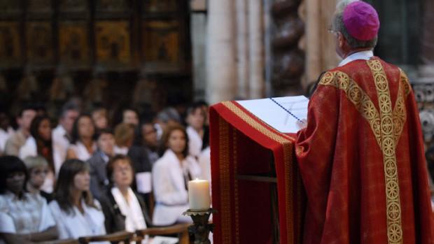 1er juin 2008: Mgr Olivier de BERRANGER, évêque de Saint-Denis, s'adressant aux confirmands lors de leur confirmation à la basilique de Saint-Denis (93), France.