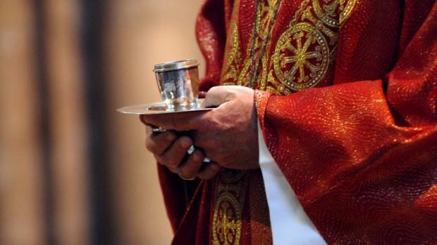 1er juin 2008 : Saint Chrême lors des confirmations d'adultes à la bas. de Saint-Denis (93), France.