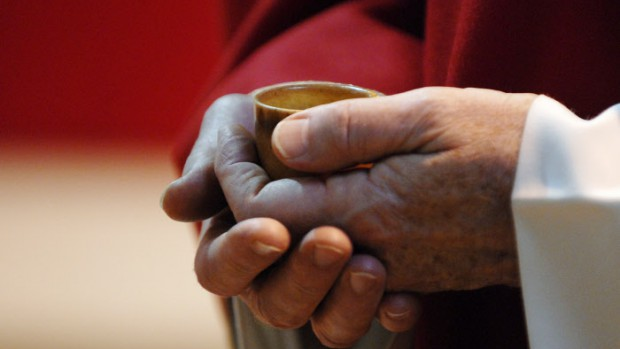 1er juin 2008: Saint chrême lors des confirmations d'adultes à la bas. de Saint-Denis (93), France.