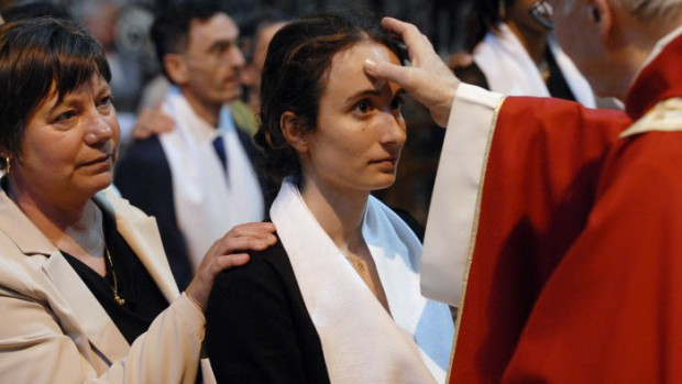 1er juin 2008: Onction avec le saint chrême des confirmands lors des confirmations d'adultes à la basilique de Saint-Denis (93), France.