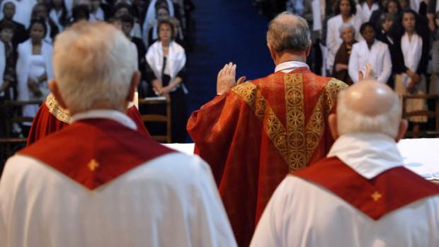 1er juin 2008: Prière eucharistique lors de la messe présidée par Mgr Olivier de Berranger (au c.), évêque de Saint-Denis, pour la confirmation d'adultes à la basilique de Saint-Denis (93), France.