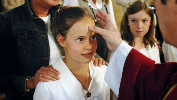 15 juin 2008: Mgr Patrick CHAUVET, vicaire général du Diocèse de Paris, marque du saint chrême le front des enfants de CM2 faisant leur confirmation à la paroisse Saint-Denys du saint sacrement à Paris (75), France.