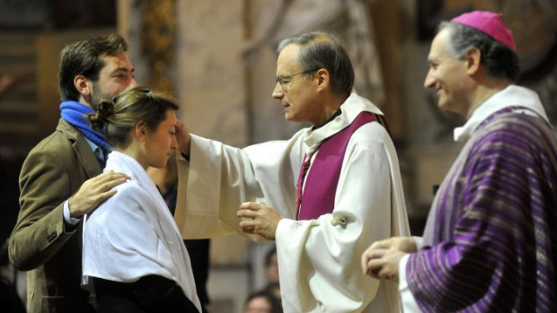 27 Novembre 2011 : Célébration de confirmation des adultes du diocèse de Paris par Mgr Jean-Yves NAHMIAS (a d.), év. aux. de Paris, assisté de p. Jean LAVERTON (a g.), vicaire épiscopal pour le catéchuménat, égl. Saint Roch, Paris (75), France.   November 27th, 2011 : Diocesan celebration of the Sacrament of confirmation for adults. Saint-Roch ch. Paris (75) France.