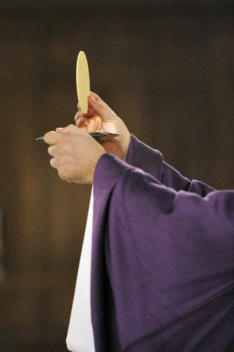 5 mars 2014 : Elévation eucharistique, lors de la célébration des Cendres, à la paroisse Saint-Denys du Saint-Sacrement, Paris (75) France. March 5, 2014 : Ash wednesday celebration, Paris (75) France.