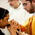 11 mai 2014 : Religieuse buvant au calice lors de l'eucharitie. Eglise du monastère Saint-Anselme sur l'Aventin à Rome, Italie.