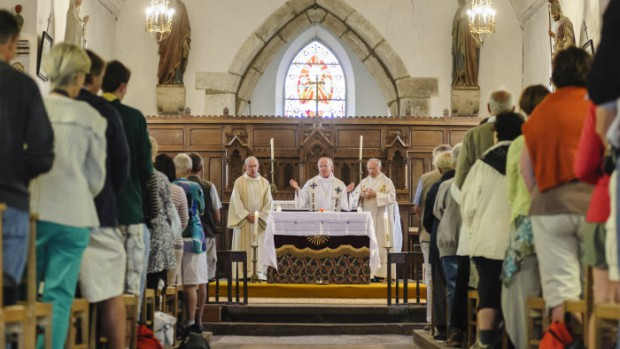 29 juillet 2014 : Messe pour les pèlerins présidée par Mgr Marc STENGER, évêque, de Troyes, accompagnateur de Pax Christi, en l'église d'Ardevon lors du Pèlerinage pour la Paix. Ardevon (50), France.  July 29, 2014: Mass in Ardevon Church during the Peace pilgrimage to Mont-Saint-Michel to mark the 70th anniversary of the Normandy landings and the liberation of France. Ardevon, France.