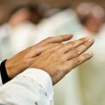 18 octobre 2015 : Mains d'un prêtre durant la prière eucharistique, lors de la messe . Rome, Italie.  October 18, 2015: Mass, hands of a priest during the Eucharistic prayer. Rome, Italy.