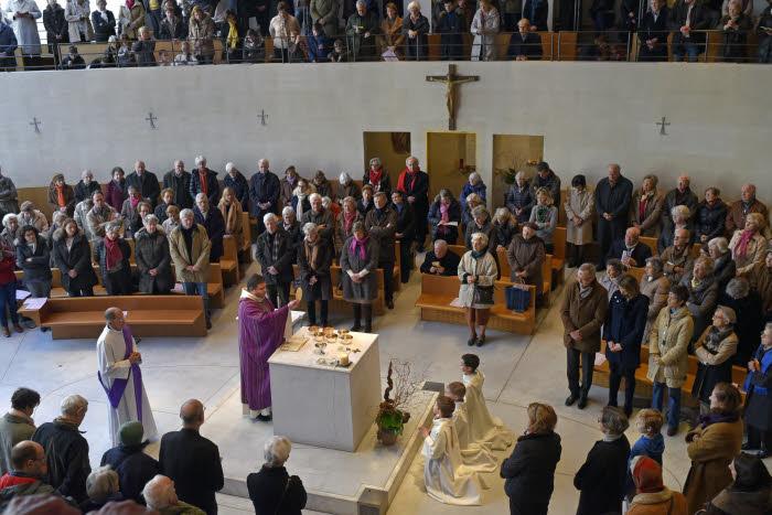 10 Décembre 2015: Eucharistie lors de la messe des Cendres présidée par P. Didier DUVERNE, en l'égl. Saint François de Molitor. Paris (75), France.